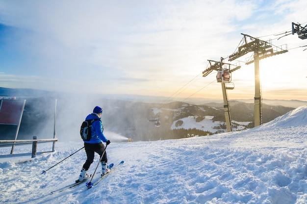 Corsa con gli sci maschio dello sciatore sul pendio dello sci alla stazione sciistica di donovaly in slovacchia