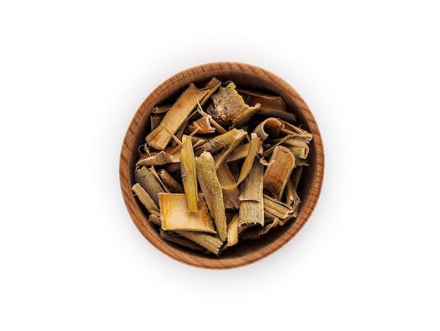 Corteccia di salice in tazza di legno su bianco