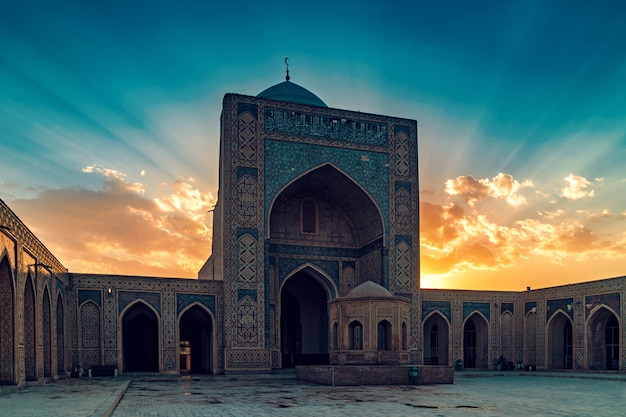 Cortile della moschea kalyan al tramonto, buchara, uzbekistan