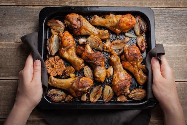 Cosce di pollo al forno con cipolle.