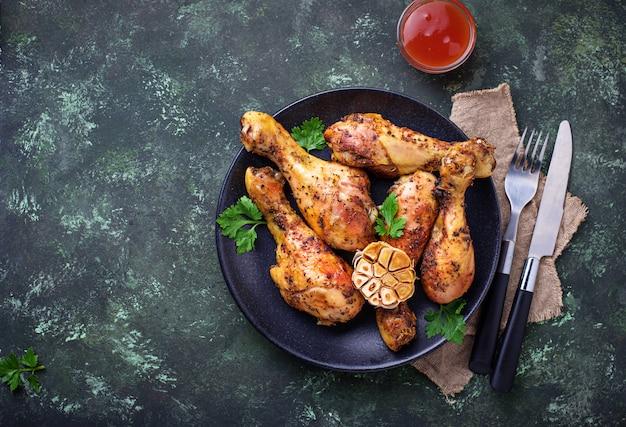 Cosce di pollo alla griglia con spezie e aglio.