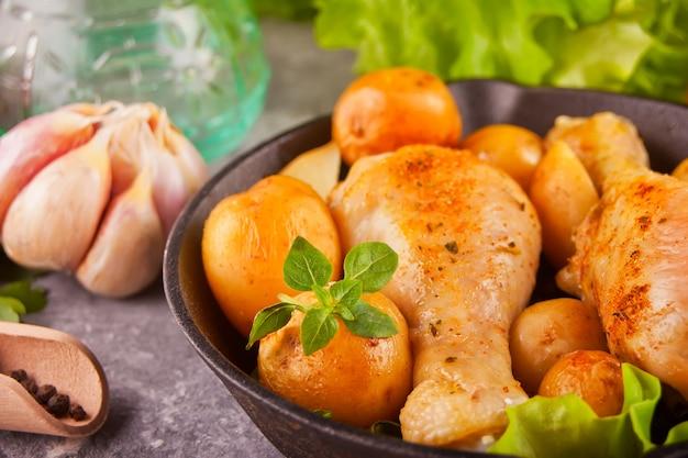 Cosce di pollo arrosto con spezie ed erbe aromatiche