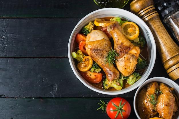 Cosce di pollo arrosto con verdure ed erbe aromatiche