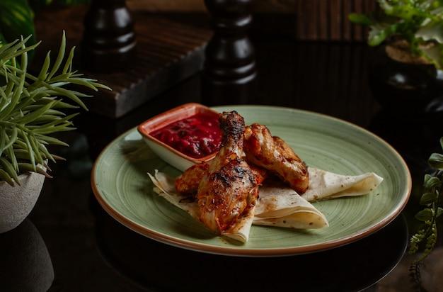 Cosce di pollo arrosto in salsa di pomodoro piccante