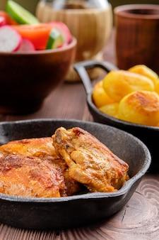 Cosce di pollo arrosto, patate fritte e insalata - cena rustica