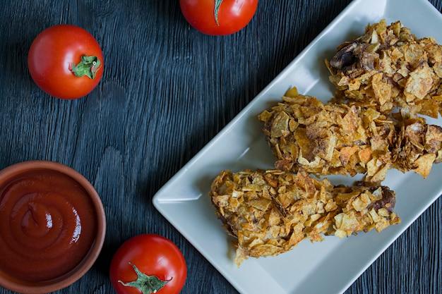 Cosce di pollo arrosto su un piatto.