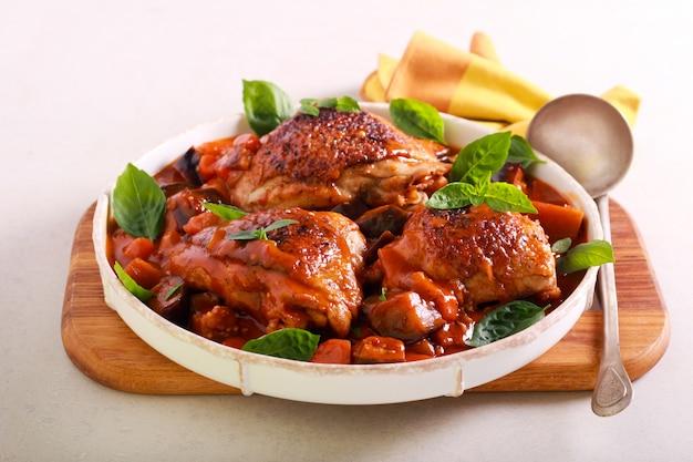 Cosce di pollo con melanzane e carote