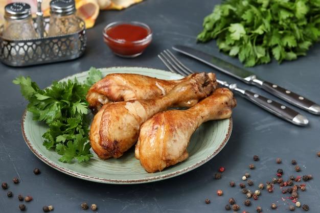 Cosce di pollo, cotte in una marinata di ketchup, salsa di soia e aceto balsamico