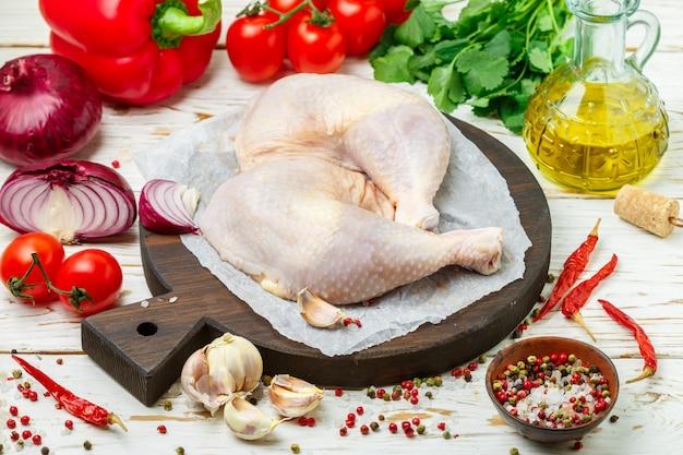 Cosce di pollo crude crude, bacchette o