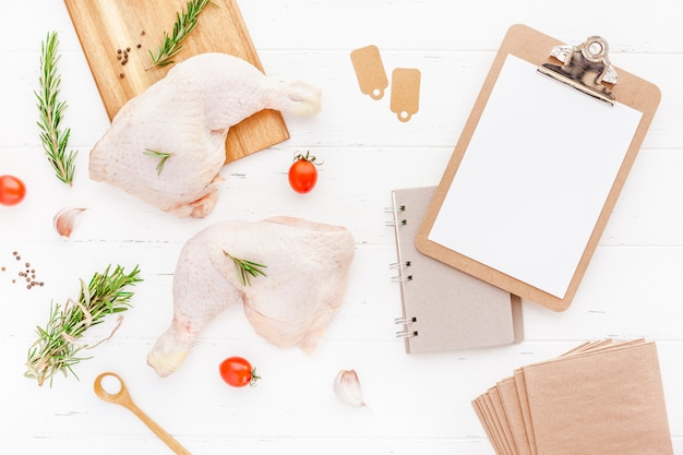 Cosce di pollo crude fresche con erbe. cucinando