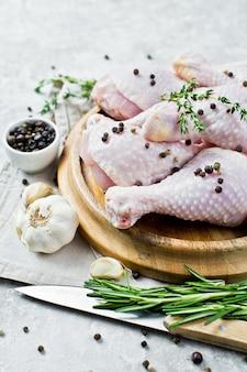 Cosce di pollo crudo