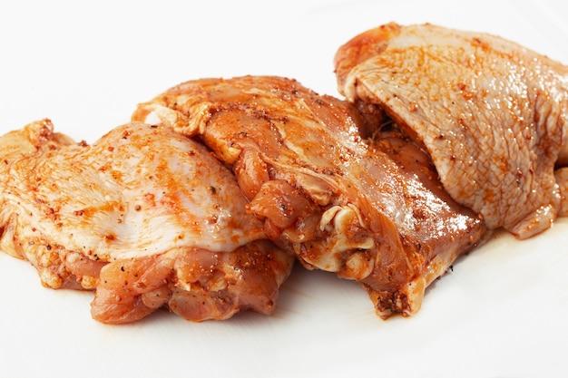 Cosce di pollo disossate sul tavolo di pietra.