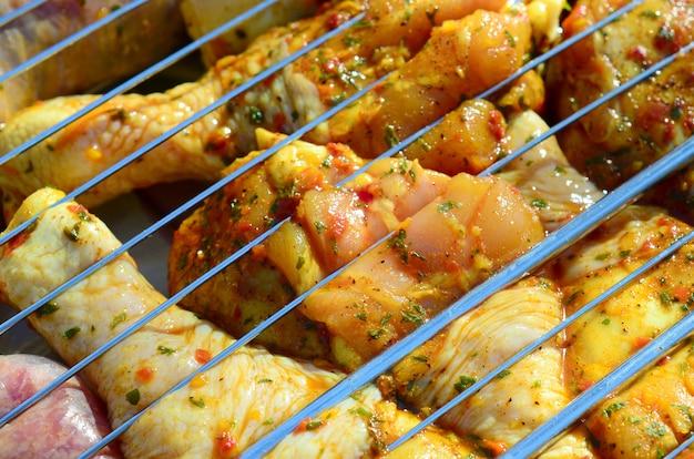Cosce di pollo marinate sulla griglia calda del carbone del bbq