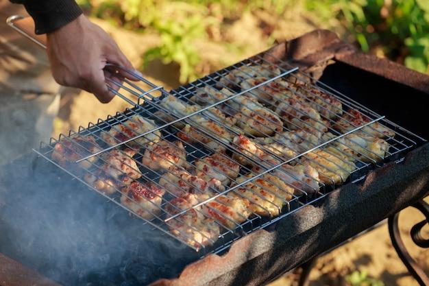 Cosce di pollo senz'ossa grigliate marinate e condimenti