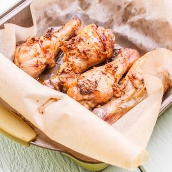 Cosce di pollo su carta oleata