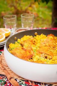 Coscia di pollo e riso con piselli