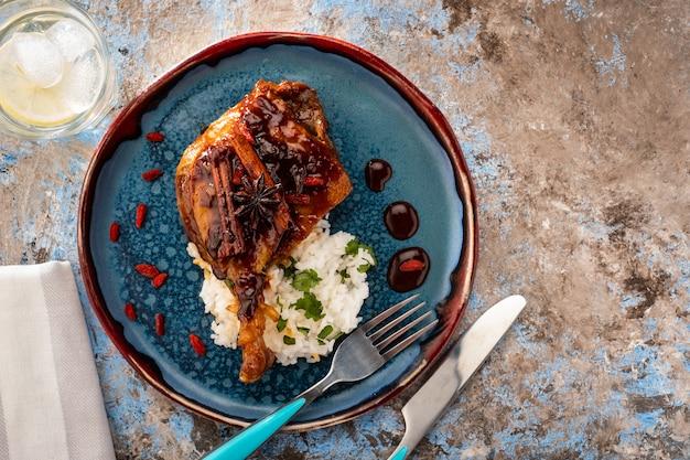 Cosciotto d'anatra confit con riso e bacche di goji. cucina tradizionale francese.
