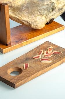 Cosciotto di prosciutto iberico stagionato, prosciutto di bellota. cibo spagnolo gourmet