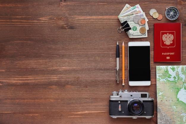 Cose diverse per il viaggio: smartphone, passaporto, macchina fotografica, mappa, denaro.