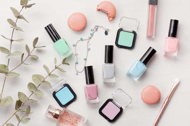 Cosmetici a colori pastello. concetto di blogger di bellezza