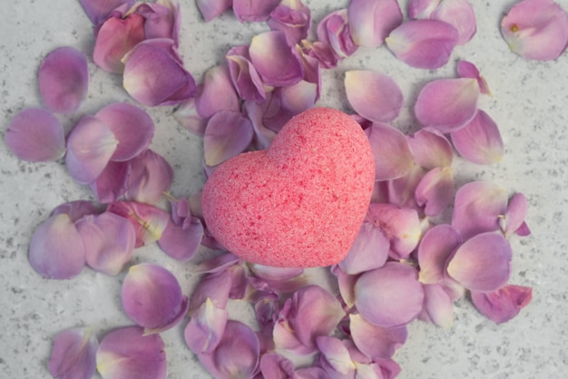 Cosmetici biologici con olio di rosa su sfondo grigio
