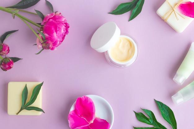 Cosmetici biologici naturali, crema per viso e corpo con fiori, estratto di peonia. cura della pelle, trattamenti benessere.