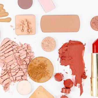 Cosmetici colorati su sfondo bianco