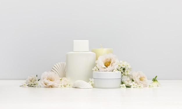 Cosmetici con fiori bianchi
