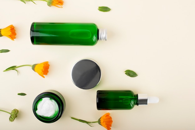 Cosmetici, crema, gel, shampoo e acido ialuronico. cura del viso e del corpo.