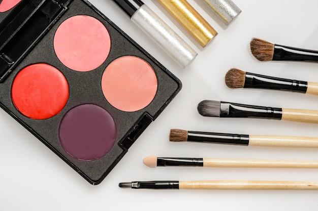 Cosmetici decorativi per il trucco degli occhi, pallet con colori vivaci e pennelli da disegno cosmetici, fodere per gli occhi