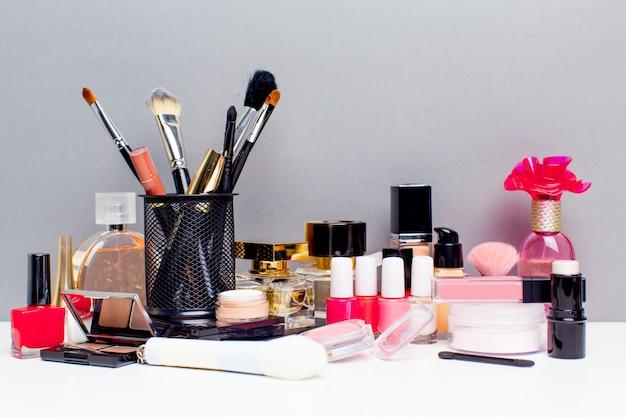 Cosmetici decorativi su sfondo grigio