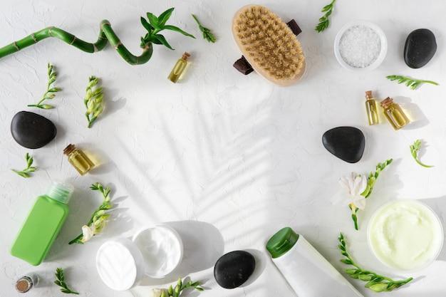 Cosmetici di bellezza della stazione termale sulla tavola di marmo bianca
