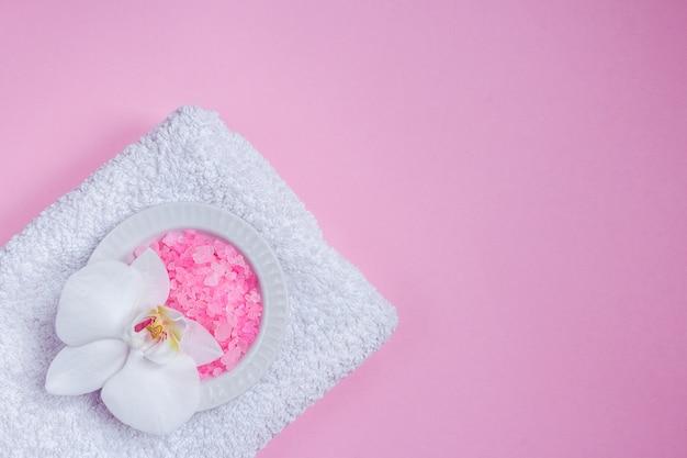 Cosmetici di bellezza spa sul tavolo rosa dall'alto. copia spazio disteso