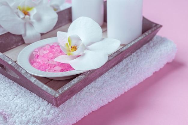 Cosmetici di bellezza spa sul tavolo rosa dall'alto