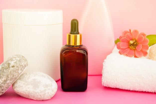 Cosmetici di bellezza spa, terapia del salone. bottiglia di vetro sul rosa.