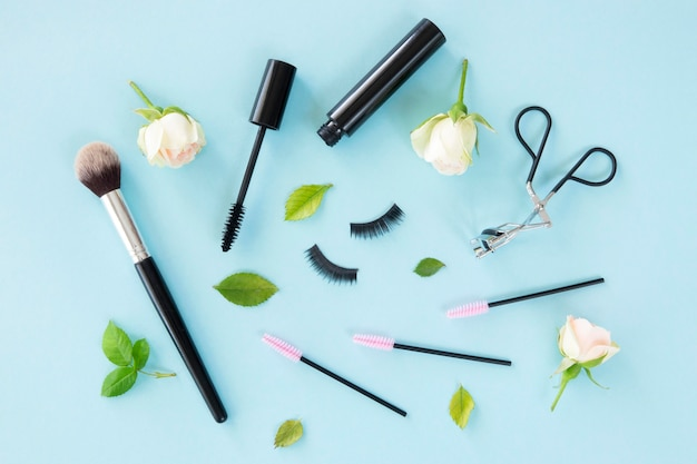 Cosmetici di bellezza vista dall'alto sulla scrivania