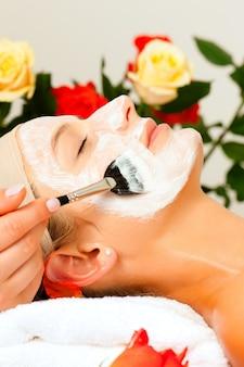 Cosmetici e bellezza - applicazione della maschera facciale
