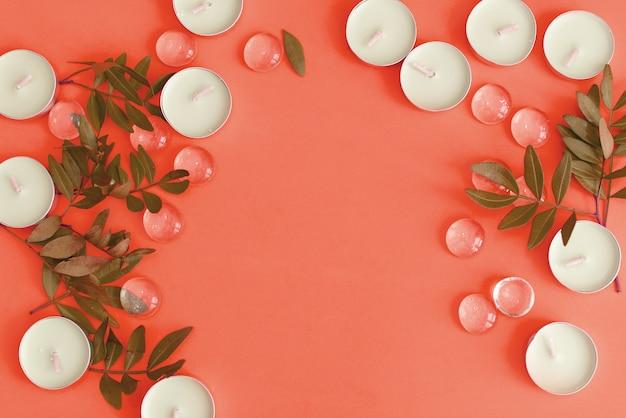 Cosmetici farmacia corall organici distesi con fiori e foglie. pulire il concetto di bellezza