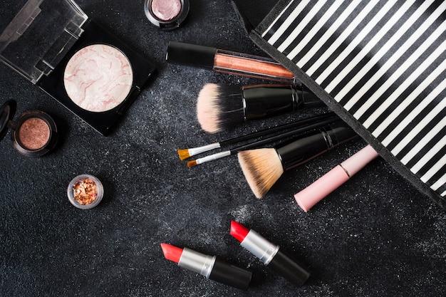 Cosmetici glamour lasciati dalla custodia a righe