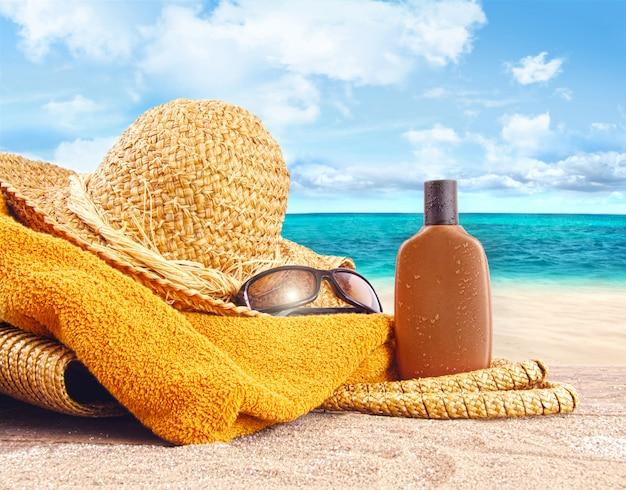Cosmetici in spiaggia con uno sfondo meraviglioso