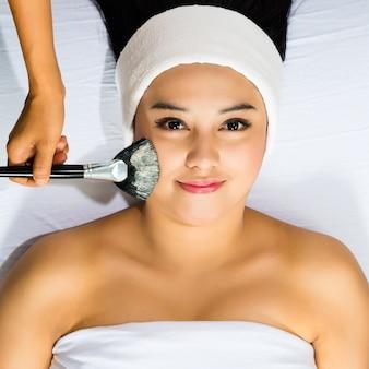 Cosmetici - la donna asiatica ottiene una maschera facciale