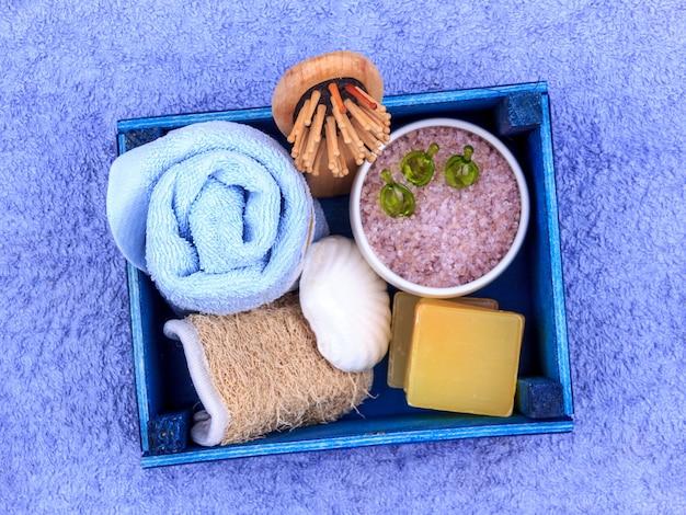 Cosmetici naturali a base di erbe spa con estratto di lavanda - sapone, sale, asciugamano, spazzola da massaggio, salvietta