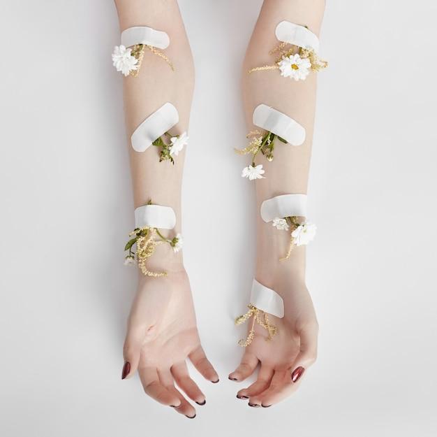 Cosmetici naturali per la cura della mano con estratto di fiori