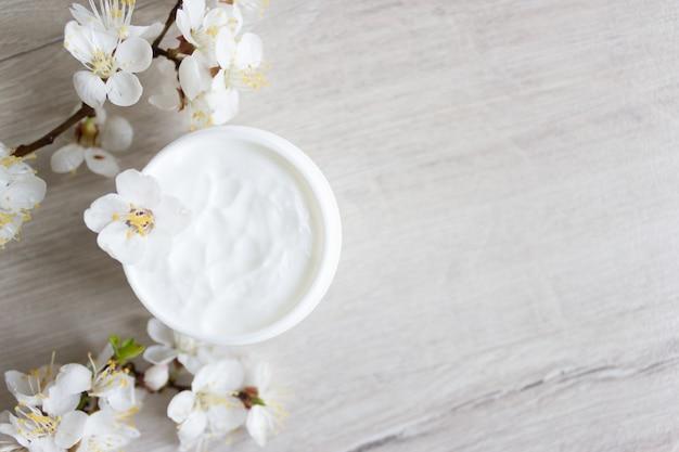 Cosmetici naturali per la cura della pelle delle mani, fiori di ciliegio
