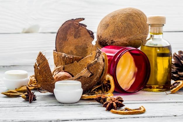 Cosmetici naturali, prodotto ecologico, crema e olio aromatici