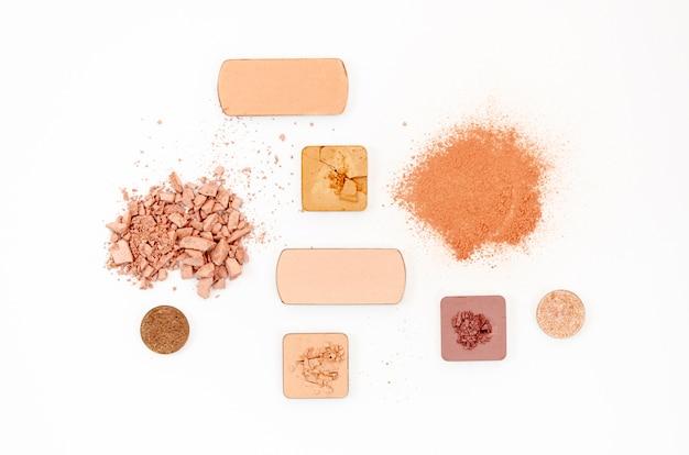 Cosmetici nudi su fondo bianco