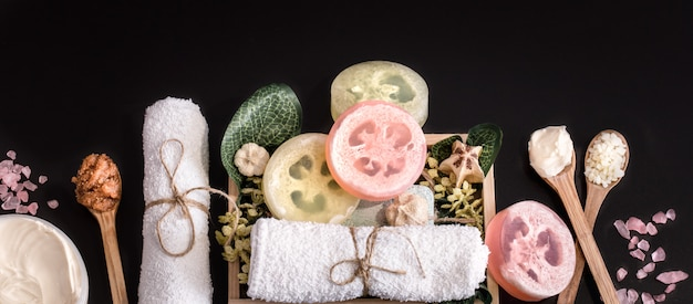 Cosmetici per la composizione spa su un tavolo scuro