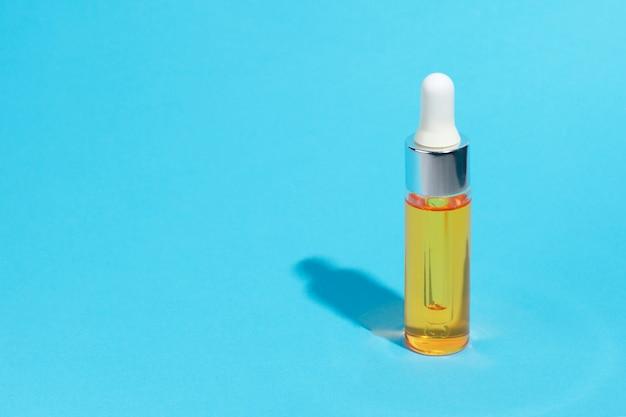 Cosmetici per la cura della pelle del siero su blu