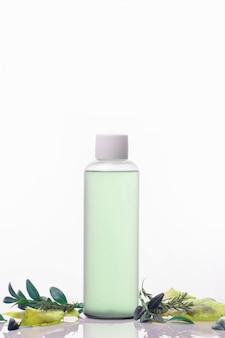Cosmetici per la cura di viso e corpo, zero sprechi su uno sfondo bianco.