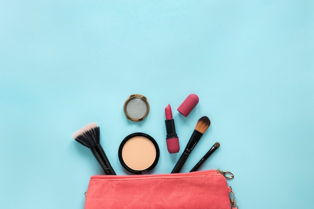 Cosmetici sparsi dalla borsa di bellezza